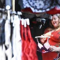 Johanna Välimäki kyllästyi miesvaltaiseen alaan ja ryhtyi alusvaatemyyjäksi – Naisen uniikista, liikkuvasta rintaliiviputiikista tuli jättimenestys