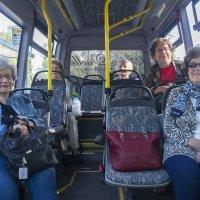 Toimittaja Auto Ylösen kyydissä – tässä bussissa tunnelma ei lässähdä
