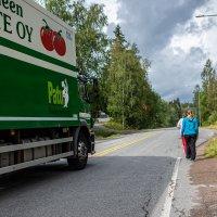 Koululaiset ovat kulkeneet Mutalassa kylki kyljessä rekkojen kanssa jo vuosikymmeniä – Kyläläiset vaativat päättäjiä aktivoitumaan kevyen liikenteen väylän suhteen