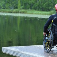 """Pyörätuolissa istuva Jari Nieminen on löytänyt uuden, koukuttavan harrastuksen Ylöjärveltä: """"Se on jännää ja sikahauskaa"""""""
