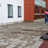 Katso kuvat: Holtittomasti ajellut kuski törmäili Räikäntiellä vastavalmistuneen kerrostalon seinään, parvekkeeseen ja reunakiveykseen