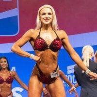 Podcast: Bikinifitnessin SM-kisojen kymppi, Emilia Ala-Fossi, syö kisakaudella alle 2000 kaloria ja treenaa salilla viidesti viikossa – Pullaa tai karkkia ei tee silloin edes mieli, mutta kotiruokaa tulee välillä ikävä