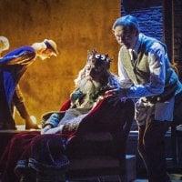 Viisi tähteä: 75-vuotias teatterin grand old man Esko Roine tekee Sir-roolillaan Pukijat-näytelmästä tapauksen Turun Kaupunginteatterissa