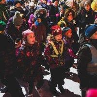 Kuvagalleria Ylöjärven joulunavauksesta: Minttu-kissa ja Pietari-varis laittoivat lapset tanssimaan