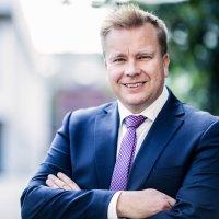 """Puolustusministeri Antti Kaikkonen Pirmedioille: """"Keskeisin Suomen turvallisuuteen vaikuttava tekijä liittyy Venäjän ja länsimaiden kiristyneisiin suhteisiin"""""""