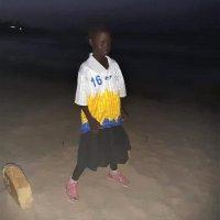 Gambialaislapset futaavat YPan paidoissa – hyväntekeväisyystempauksella vietiin Afrikkaan kymmeniä pelipaitoja