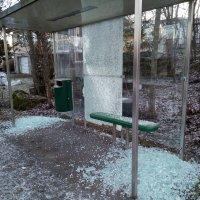 Bussikatoksista iskettiin toissayönä säpäleiksi 13 lasia, jälkien korjaus on kaupungille arkipäivää – Korjaus maksaa siivouksineen yli tonnin per lasi