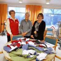 Tiuravuoren palvelukeskuksen vanhukset saivat jouluisen lahjoituksen – Vuorentaustan martat kutoi 45 paria sukkia