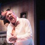 NELJÄ TÄHTEÄ: Seksiriippuvainen narsisti suorittaa elämäänsä rahajuhlasta kivettyneenä David Mametin Karvas pala -draamassa