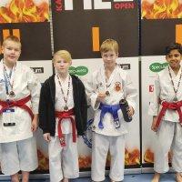 Monta kiiltävää mitalia Karaten HEL Openista Helsingistä