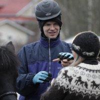 Miten ratsastaa, jos on kuurosokea? Viittomakieliopiskelija Minna Tihinen antaa kuurosokealle ratsastajalle haptiiseja, joilla voidaan kertoa esimerkiksi ratsastusreitistä