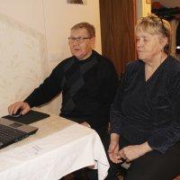 Terttu ja Seppo Härmä opettelevat tietokoneen käyttöä eläkeläisyhdistyksen kurssilla