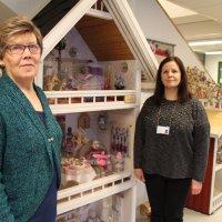 Tiuravuoren palvelukeskus sai lahjoituksena kaksi nukkekotia – lahjoittaja teki itse koteihin nuket, leivonnaiset, minitumput ja piirongin