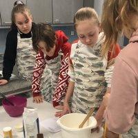 Yhtenäiskoulun leivoskilpailu sai huippusuosion –  Katso miltä voittajaleivokset näyttivät