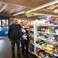 Viljakkalan Kyläpuoti on maalaiskylän oma liikekeskus: Saman katon alla on lounaskahvila, kauppa, kirpputori, juhlaliike… – Lisäksi puoti toimii nuorisotilana ja järjestää toimintaa vanhuksille