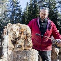 Moottorisahataiteilija veistää Ylöjärveä maailmankartalle – katso video karhun sahaamisesta