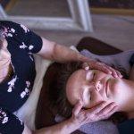 Mitä on kraniosakraaliterapia? Pehmeällä hoitomuodolla voidaan esimerkiksi paikantaa kehon kiputiloja ja hoitaa stressiä – Myös vastasyntyneitä vauvoja hoidetaan kraniolla