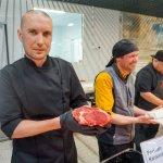 Keittiömestari-keittäjä Pekka Koponen opastaa asiakkaita Ruokakeitaassa