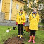 Ilmastotalkoissa kettukin tykkää pihlajasta – Sudenpennut Elsa ja Venla istuttivat YU:n hankkiman taimen