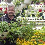 """Puutarhakauppias Jarmo Vento tiedusteli pankeista lainaa, mikäli korona aiheuttaisi yrityksessä katastrofin – toisin kävi: """"Kukkaa meni sitä mukaa, kun sitä ehti valmistua, osa taimista myytiin keskenkasvuisena"""""""