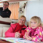 Kesäloma samassa veneessä hitsaa perheen yhteen – Illat satamissa ovat varsin sosiaalisia