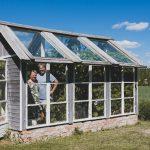 Mutalalainen Hauskan puutarha on sekoitus hienostunutta Ranskaa ja perinteikästä suomalaisuutta – Pihan kukoistuksesta huolehtivat aktiikkikeräilyä harrastavat pääpuutarhuri ja puupäätarhuri