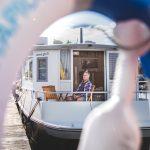Tällainen on 180 000 euron kelluva kaupunkiasunto: Antero Miikkulainen rakensi asuttavan veneen, jossa on kaikki mukavuudet saunasta lähtien