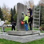 Puhdistettu muistomerkki kunnioittaa vaikeina aikoina eläneitä suomalaisia