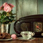 Kun toimittaja lupasi hypätä lentokoneesta ja muita tarinoita – 35 vuotta täyttävän SUN Radion juhlaohjelma vie aikamatkalle kaupallisen radion alkuhetkiin