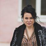 """Nainen suomirokkareiden takana: Taija Holm on artistien oikea käsi ja matkustanut yhtyeiden matkassa tukka putkella jo 20 vuotta – """"Se on ollut seikkailua joka päivä"""""""