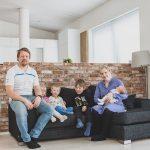 """Nelilapsinen Ojalan perhe löysi täydellisen tontin Haavistolta, ja nyt odotetaan, että Siltatien koulu valmistuisi luvatusti: """"Kaikki sitä täällä odottavat"""""""