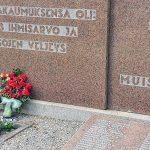 Emmehän unohda: Äitienpäiväruusua haudalle viedessäni poikkesin myös sankarihaudoilla