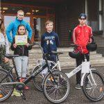 Siivikkalan koululaiset saivat lahjoituksena kolme uutta polkupyörää, joita oppilaat voivat lainata yhteisille retkille