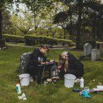 Tuoreet ylioppilaat Aino ja Ursula kehittelivät käytännönläheisen kesätyön: he pesevät hautakiviä tilauksesta pitkin Pirkanmaata