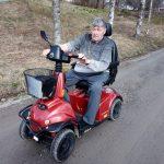 """Aarno Valkeajärven tuntee koko Mutala – Sähkömopolla huristelevalla miehellä on selkeät mielipiteet kotikaupunkinsa kehittämisestä: """"Ratikkaa ei Ylöjärvelle tarvitse jatkaa"""""""