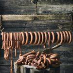 Vinkkejä grilliin: fenkolinakkeja, sipulimakkaraa, chili-chorizoa… Ylöjärvellä valmistetaan perinteistä lenkkiä, mutta myös tulisia makkaroita ja raakamakkaraa