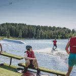Katso kuvat ja video: Tässä on Ylöjärven lähimatkailuhelmi – Peltomäen uudella wakeboarding-kaapelilla vesilautailevat niin aloittelijat kuin konkarit
