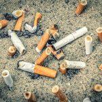 Tupakantumppeja maassa kymmenittäin