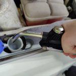Tiesitkö, että Ylöjärvellä pääsee tankkaamaan nyt myös auton pissapojan ilman kanisterirallia? Toimittaja testasi, miten lasinpesunesteautomaatti toimii